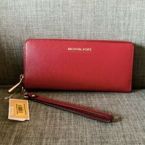 NWT Michael Kors Jet Set Berry Travel Continental